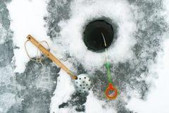 Accesorios del invierno para pescar la visión superior cerca de los agujeros, del hielo y de los trastos Imagenes de archivo