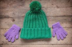 Accesorios del invierno del ` s de los niños: sombrero y guantes CCB de madera rústico Fotografía de archivo libre de regalías