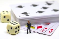 Accesorios del juego de la figura y de tabla del hombre de negocios Póker con los dados Mano de póker Foto de archivo libre de regalías
