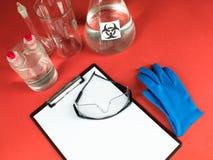 Accesorios del laboratorio con el tablero y las gafas en blanco Fotos de archivo libres de regalías