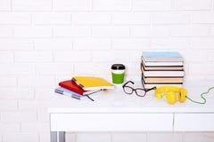 Accesorios del lugar de trabajo y de la educación en la tabla blanca Espacio del foco selectivo y de la copia Concepto de la Escu Fotografía de archivo libre de regalías