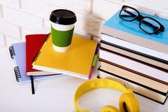 Accesorios del lugar de trabajo y de la educación en la tabla blanca Espacio del foco selectivo y de la copia Libros, vidrios, ca Fotografía de archivo