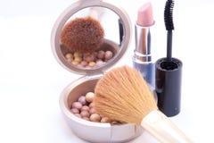Accesorios del maquillaje con colores sólidos Foto de archivo libre de regalías