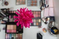 Accesorios del maquillaje con la flor Fotografía de archivo
