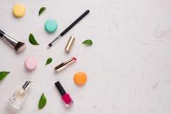 Accesorios del maquillaje de la mujer Concepto de la moda con los macarons Imágenes de archivo libres de regalías