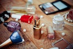 Accesorios del maquillaje en de madera Imágenes de archivo libres de regalías