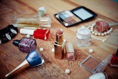 Accesorios del maquillaje en de madera Foto de archivo libre de regalías