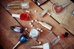Accesorios del maquillaje en de madera Imagen de archivo libre de regalías