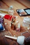 Accesorios del maquillaje en de madera Fotos de archivo