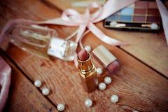 Accesorios del maquillaje en de madera Imagen de archivo