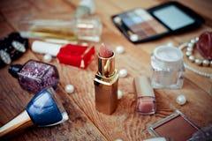 Accesorios del maquillaje en de madera Fotografía de archivo libre de regalías
