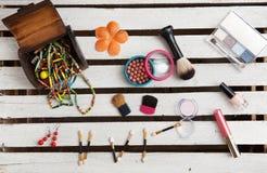 Accesorios del maquillaje en el fondo de madera blanco Foto de archivo libre de regalías