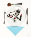 Accesorios del maquillaje en la placa de cena Fotografía de archivo libre de regalías