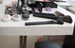 Accesorios del maquillaje en la tabla Foto de archivo