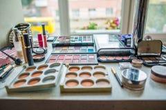 Accesorios del maquillaje en la tabla blanca Foto de archivo libre de regalías