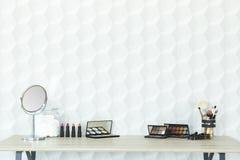 Accesorios del maquillaje en un escritorio Fotografía de archivo libre de regalías