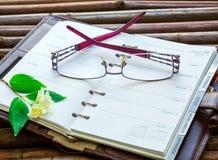 Accesorios del negocio, cuaderno, vidrios Fotos de archivo
