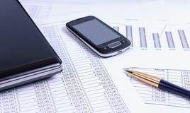 Accesorios del negocio en el escritorio con los documentos financieros Fotos de archivo libres de regalías