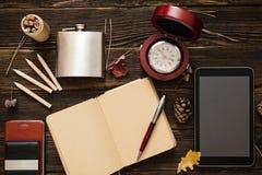Accesorios del negocio en la tabla de madera Imagen de archivo libre de regalías