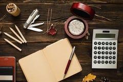 Accesorios del negocio en la tabla de madera Imágenes de archivo libres de regalías