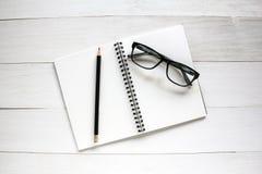 Accesorios del negocio en la tabla de madera blanca Foto de archivo
