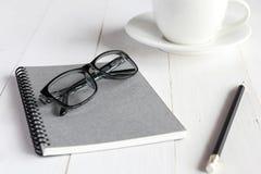Accesorios del negocio en la tabla de madera blanca Imagen de archivo libre de regalías