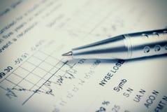 Accesorios del negocio en un fondo de diagramas. Foto de archivo libre de regalías