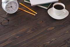 Accesorios del negocio en una oficina una tabla de madera oscura Foto de archivo