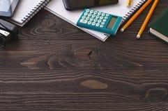 Accesorios del negocio en una oficina una tabla de madera oscura Imagen de archivo libre de regalías