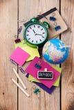 Accesorios del negocio, fuentes, despertador, lápices en la tabla de madera rústica Foto de archivo libre de regalías