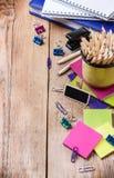 Accesorios del negocio, fuentes, taza con los lápices en la tabla de madera rústica Imagen de archivo libre de regalías
