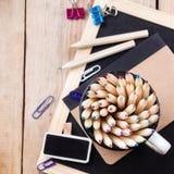 Accesorios del negocio, fuentes, taza con los lápices en la tabla de madera rústica Imagenes de archivo