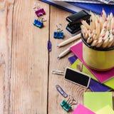 Accesorios del negocio, fuentes, taza con los lápices en la tabla de madera rústica Fotos de archivo