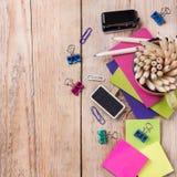 Accesorios del negocio, fuentes, taza con los lápices en la tabla de madera rústica Foto de archivo