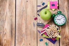 Accesorios del negocio, fuentes, taza con los lápices en la tabla de madera rústica Fotografía de archivo libre de regalías