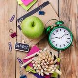Accesorios del negocio, fuentes, taza con los lápices en la tabla de madera rústica Foto de archivo libre de regalías