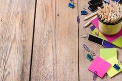 Accesorios del negocio, fuentes, taza con los lápices en la tabla de madera rústica Fotografía de archivo