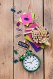 Accesorios del negocio, fuentes, taza con los lápices en la tabla de madera rústica Imágenes de archivo libres de regalías