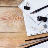 Accesorios del negocio, fuentes, teléfono en la tabla de madera rústica Foto de archivo