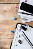 Accesorios del negocio, fuentes, teléfono en la tabla de madera rústica Fotos de archivo