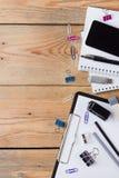 Accesorios del negocio, fuentes, teléfono en la tabla de madera rústica Imagen de archivo