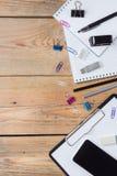 Accesorios del negocio, fuentes, teléfono en la tabla de madera rústica Fotografía de archivo