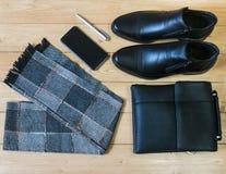 Accesorios del negocio para los hombres en el piso de madera Fotografía de archivo libre de regalías