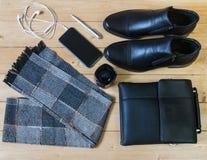 Accesorios del negocio para los hombres en el piso de madera Imágenes de archivo libres de regalías
