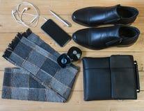 Accesorios del negocio para los hombres en el piso de madera Imagen de archivo