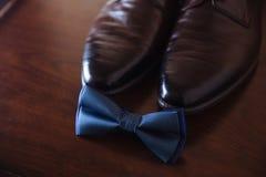 Accesorios del novio, corbata de lazo, zapatos Concepto de estilo del vestido del caballero Imagen de archivo