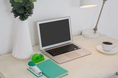 Accesorios del ordenador portátil y de la oficina en la tabla Fotos de archivo libres de regalías