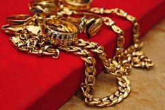 Accesorios del oro sobre rojo Fotografía de archivo libre de regalías