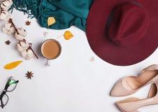 Accesorios del otoño del ` s de la mujer en el fondo blanco Imagen de archivo
