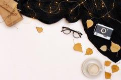 Accesorios del otoño para la mujer con las hojas y el café del amarillo con la leche, visión superior Fotografía de archivo libre de regalías